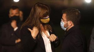 Gemma Geis (JxCat) afirma que previsiblemente no habrá acuerdo de investidura este viernes. En la foto, Pere Aragonès conversa con Laura Borràs.