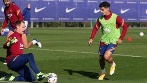 Coutinho se enfrenta a Ter Stegen en el entrenamiento en la ciudad deportiva de Sant Joan Despí.