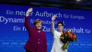 Merkel, con la nueva secretaria general de la CDU, Annegret Kramp-Karrenbauer, durante el Congreso, este lunes 26 de febrero.