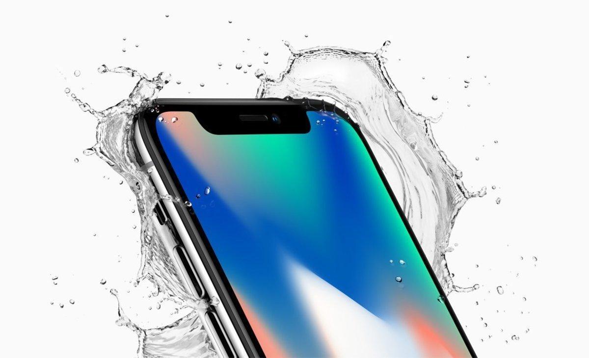 JGM01 - CUPERTINO (EE.UU.), 12/9/2017.- Fotografìa cedida por Apple Inc. que muestra el iPhone X de Apple con water splash, presentado en el nuevo teatro Steve Jobs, durante el evento especial de Apple en la nueva sede de Apple en Cupertino, California, EE.UU., hoy, 12 de septiembre de 2017. Las nuevas características del teléfono incluyen una Super Pantalla Retina de 5,8 pulgadas, una cámara trasera mejorada con doble estabilización de imagen óptica, sistema de cámara TrueDepth, Face ID y un Bionic Chip A11 con motor Neural. Apple dijo que el teléfono usa una nueva autenticación de identificación de rostro, utilizando un sistema de cámara TrueDepth de última generación compuesto por un proyector de punto, cámara de infrarrojos e iluminador flood, y es alimentado por un Bionic A11 para mapear y reconocer con precisión un rostro. El nuevo iPhone X estará disponible el viernes 27 de octubre de 2017 en más de 55 países y territorios, y en tiendas comenzando el viernes, 03 de noviembre de
