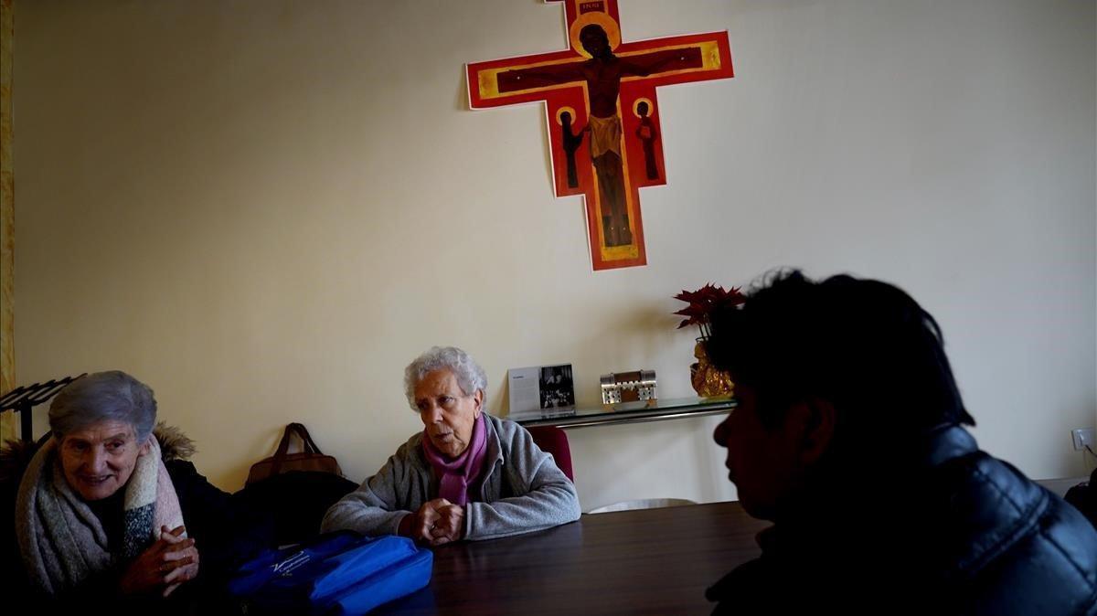 Las monjas Teresa, Isabel y Zulema, en la modesta iglesia de la Cañada.