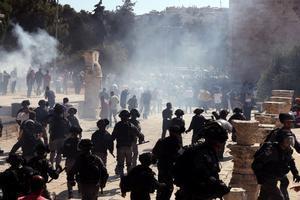 Enfrentamientos entre palestinos y policías israelís en la explanada de las mezquitas de Jerusalén, este domingo.