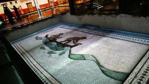 Proyección sobre el pavimento del 'triclinium', el teatral comedor de toda adinerada casa romana, en la Casa de l'Heura.