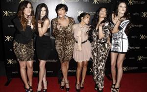 Khloe Kardashian,Kylie Jenner,Kris Jenner,Kourtney Kardashian,Kim Kardashian yKendall Jenner, en el 2011 en un acto promocional.
