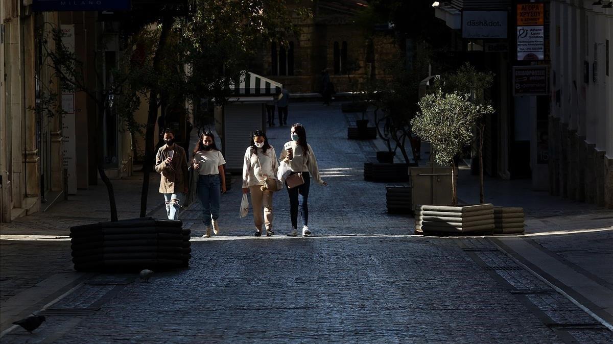 Centro comercial desierto en Atenas, pasean 4 chicas con el cierre por de Covid-19.