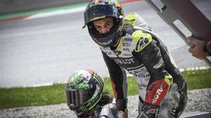 Johann Zarco se interesa por el estado de Franco Morbidelli tras chocar y caerse en el Red Bull Ring.