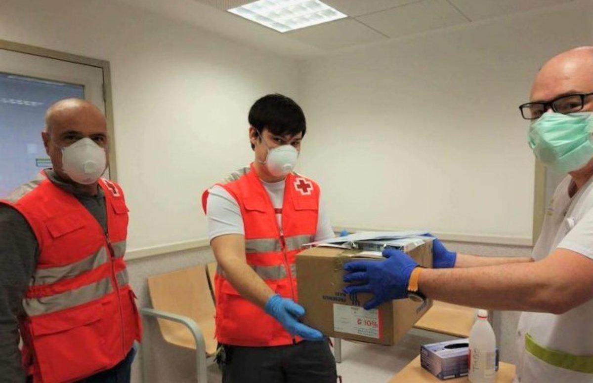 Voluntarios de la Cruz Roja en el Hospital de l'Esperit Sant de Santa Coloma de Gramenet.