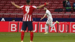 El madridista Benzema celebra el gol del empate ante el Atlético de Madrid.