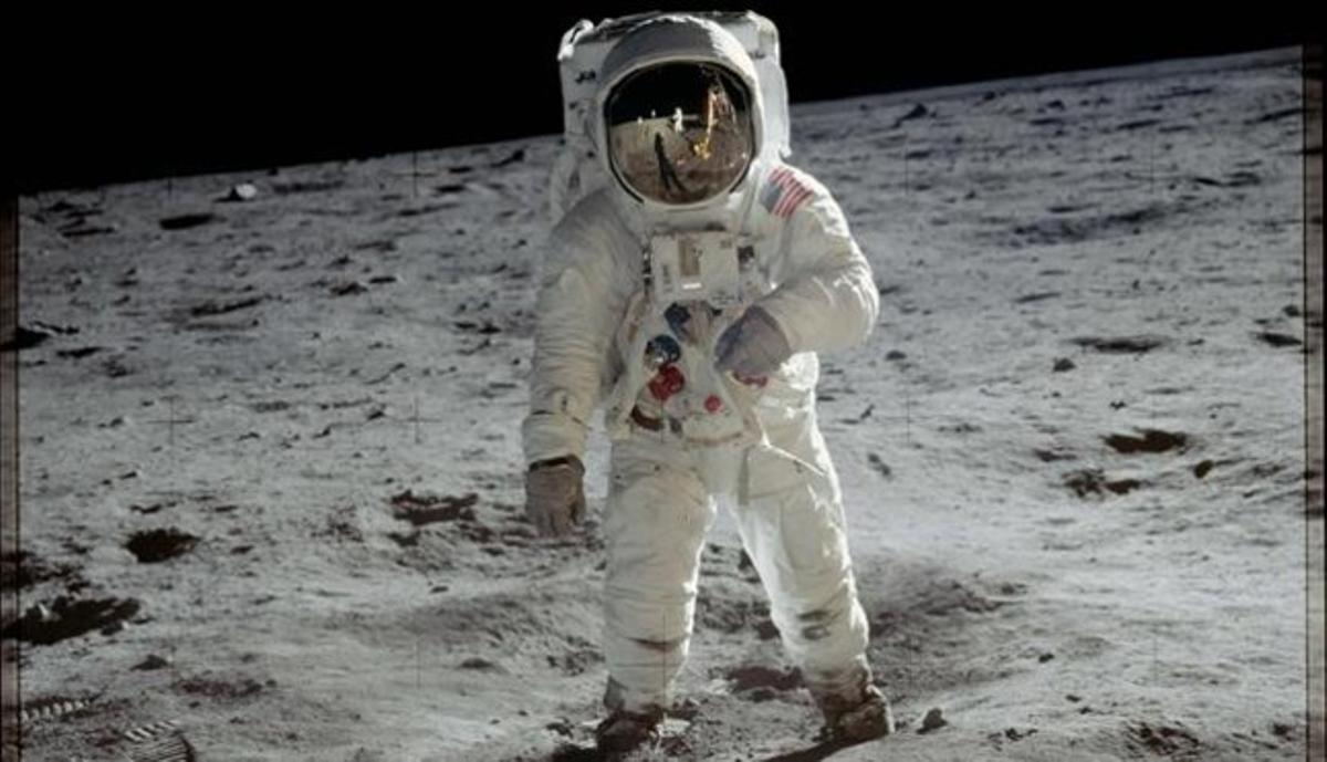 El astronauta 'Buzz' Aldrin caminando sobre la superficie lunar en una imagen tomada por Armstrong.