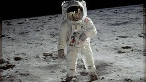 L'astronauta 'Buzz' Aldrin caminant sobre la superfície lunar en una imatge feta per Armstrong.