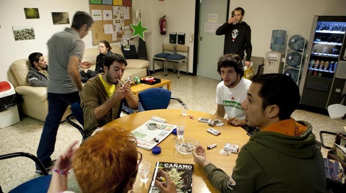 Socios del club 'Fumadors de marihuana maca' fuman cannabis.