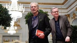 El escritor Peter Handke (izquierda) junto al académico Anders Olson, durante la rueda de prensa en la Academia Sueca de Estocolmo