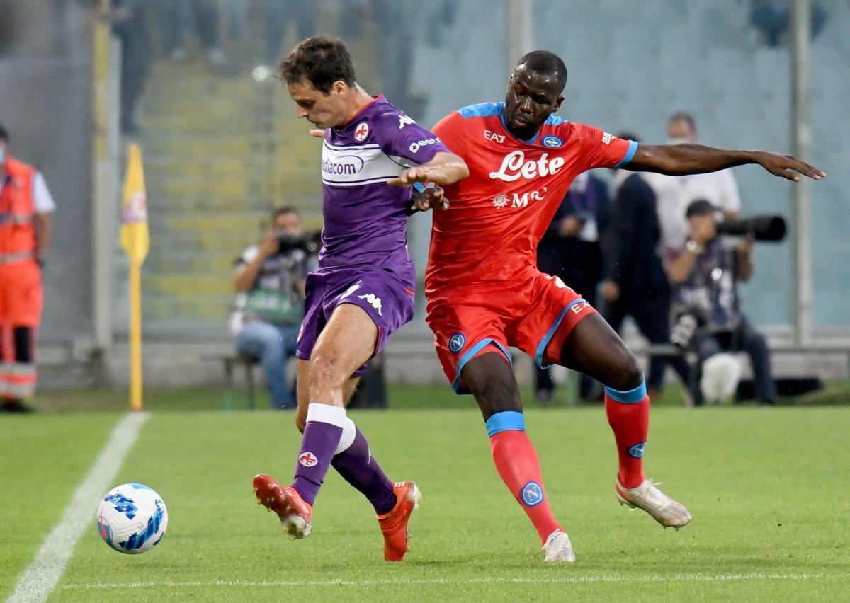 Koulibaly, derecha, pugna por un balón en el partido del Nápoles en Florencia