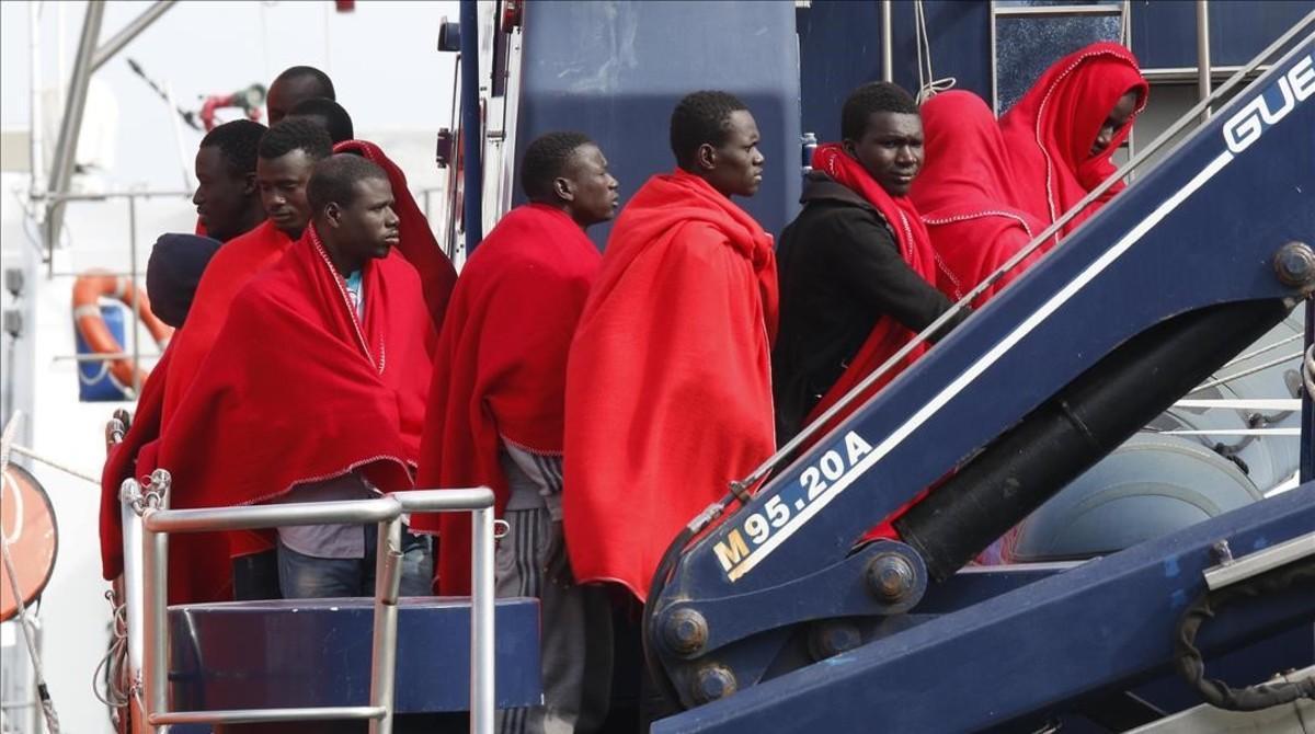Varios inmigrantesa su llegada al puerto de Almeria tras serrescatados por Salvamento Maritimo.