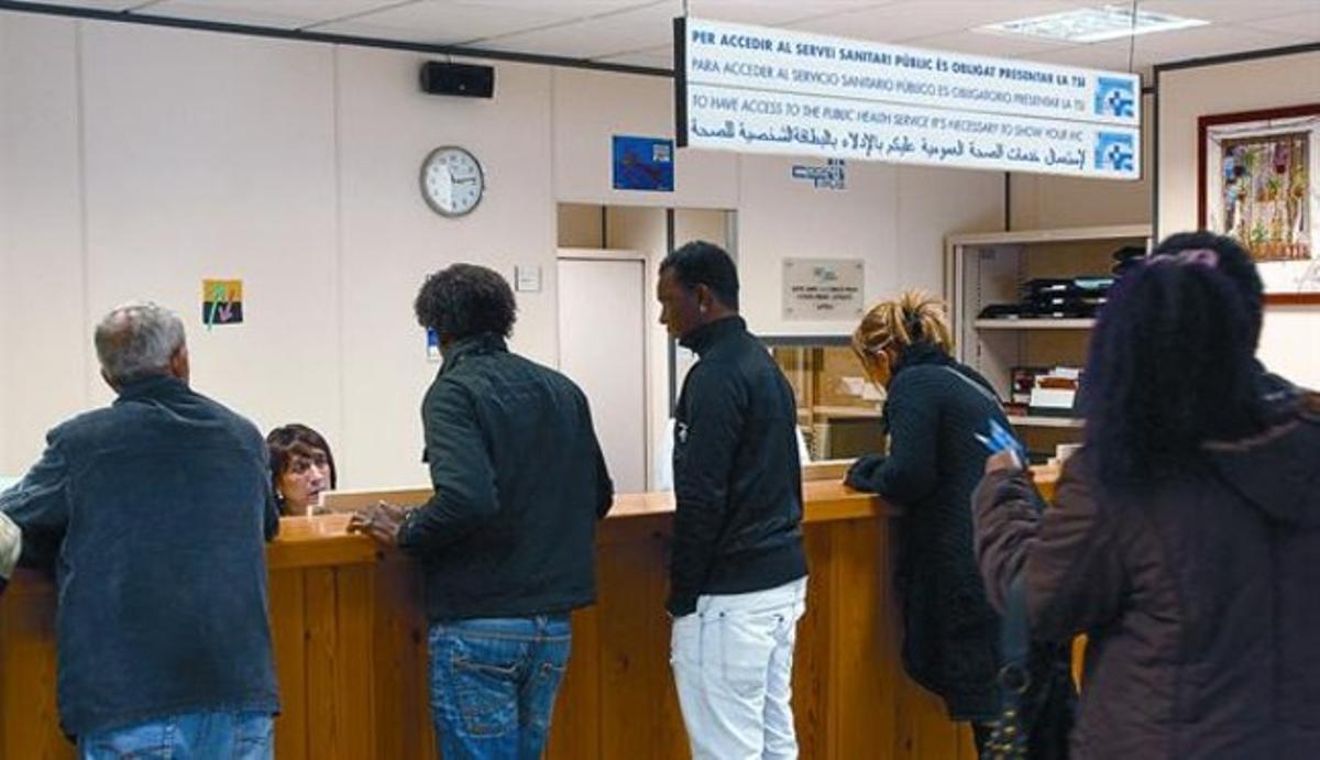 Usuarios, algunos de ellos inmigrantes, en el CAP del barrio del Remei de Vic.