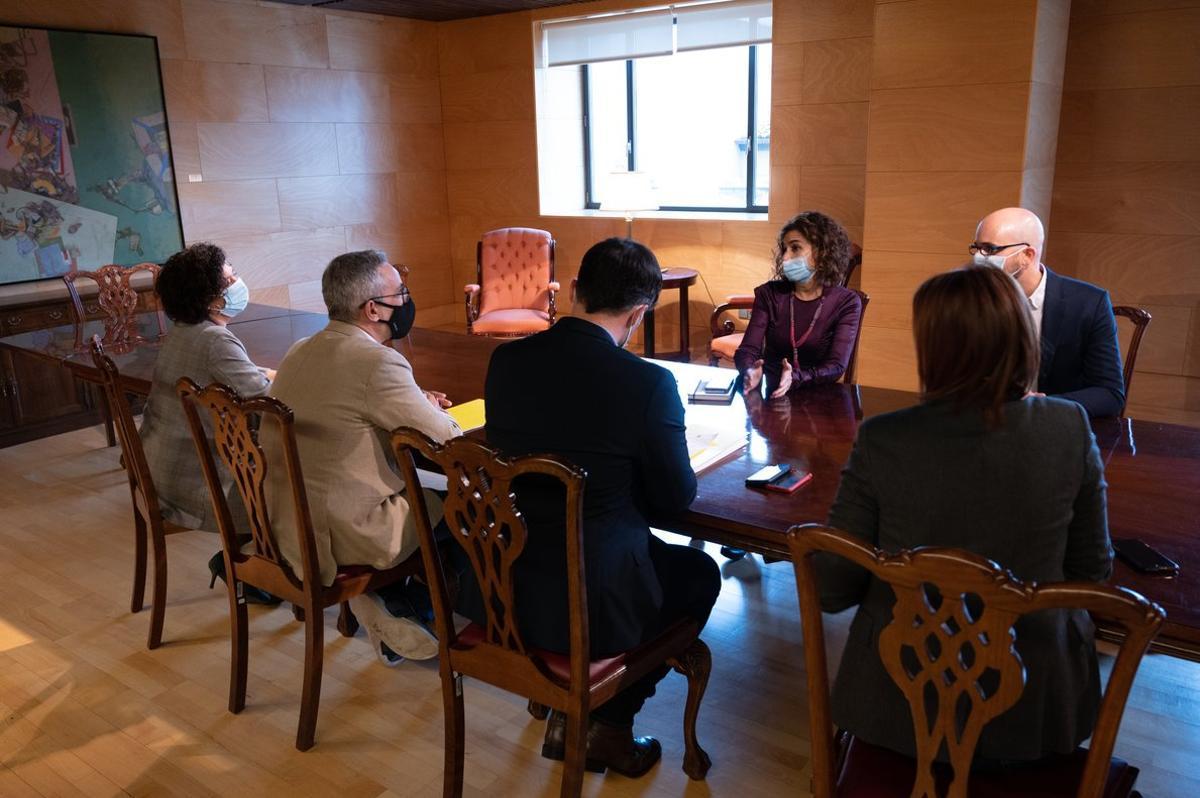 La ministra María Jesús Monteroy el secretario de Estado de Derechos Sociales, Nacho Álvarez, durante su reunión sobre los Presupuestos con la delegación de ERC, el 5 de noviembreen el Congreso.