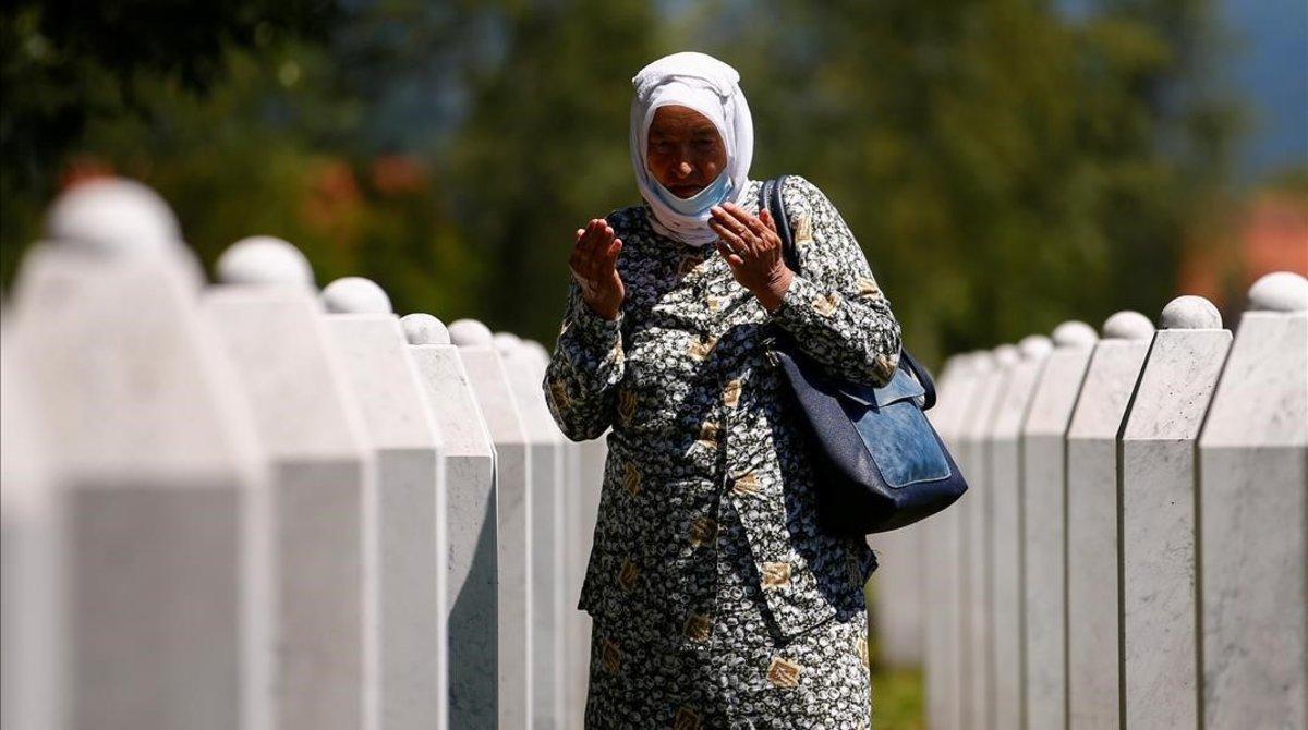 Una mujer reza junto a las tumbas de los fallecidos en el memorial de Potocari.