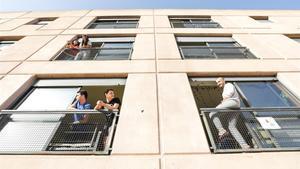 Estudiantes confinados en la Vila Universitària de la UAB, este jueves.