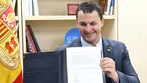 El ministro andorrano de Presidencia, Economía y Empresa, Jordi Gallardo, con un contrato firmado telemáticamente.