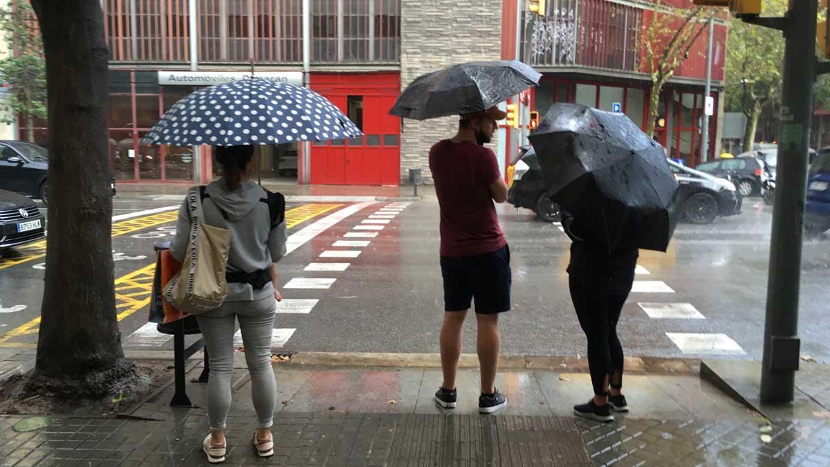 Gente con paraguas en Barcelona, en un día de lluvia.