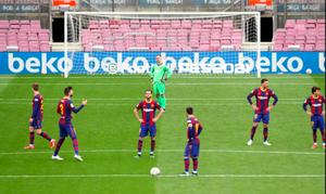 Piqué intenta animar a sus compañeros tras el empate del Cádiz en el Camp Nou.
