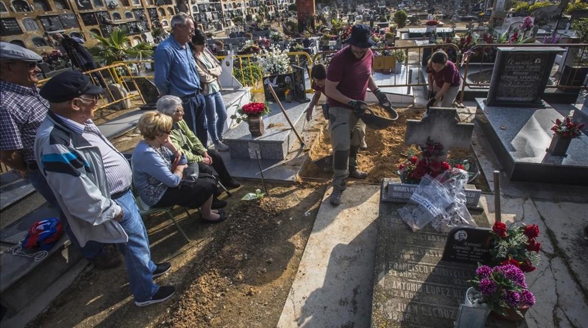 Varios familiares de represaliados franquistas asisten al inicio de los trabajos de exhumación de una fosa común en el cementerio de Paterna (Vàlencia).