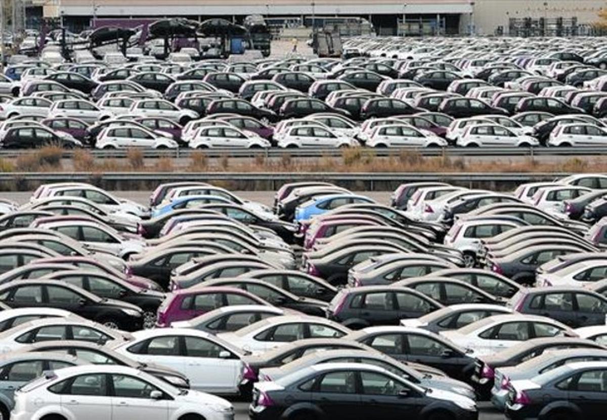 Coches listos para su venta en un aparcamiento situado junto a la fábrica de Ford en Almussafes.