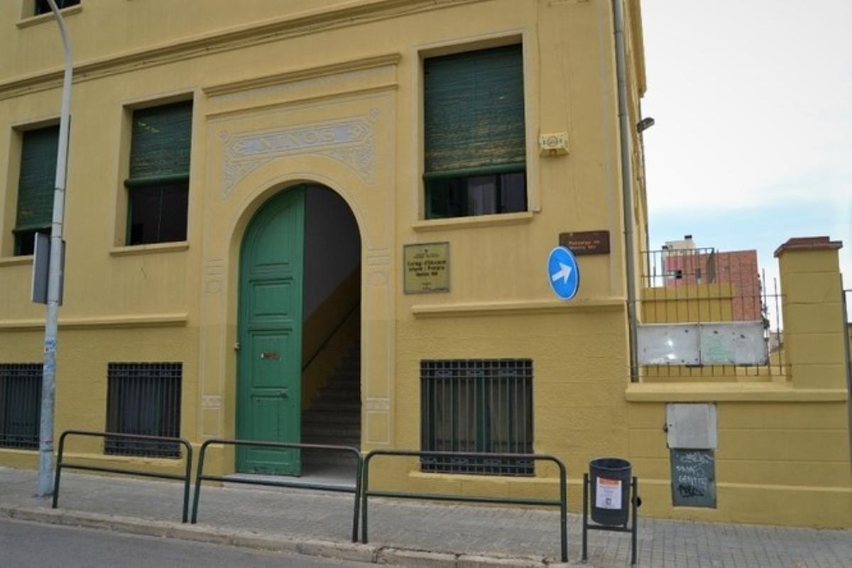 Fachada de la Escola Ventós Mir de Badalona.