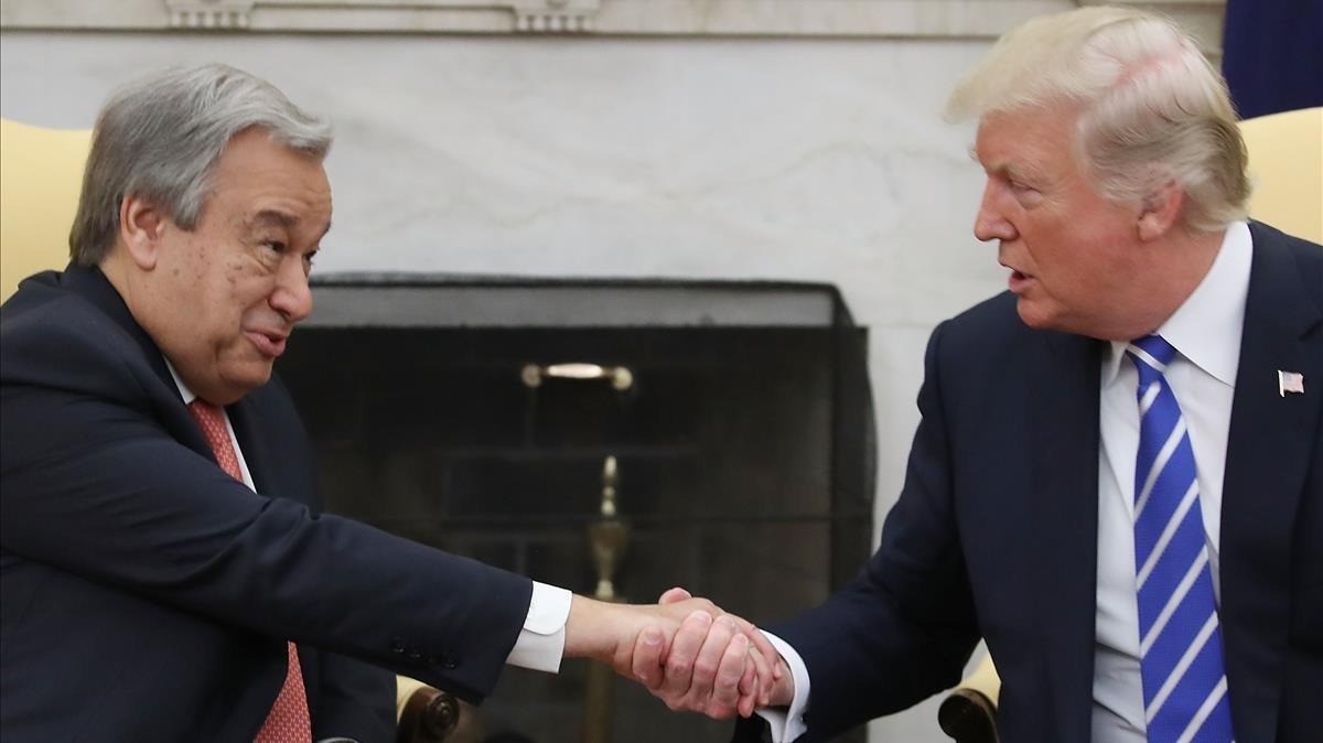 Trump (derecha) estrecha la mano del secretario general de la ONU, António Guterres, en un encuentro en la Casa Blanca, el 20 de octubre.