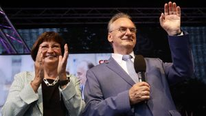 Reiner Haseloff, candidato del CDU, junto a su esposa, celebran la victoria en Sajonia-Analt.