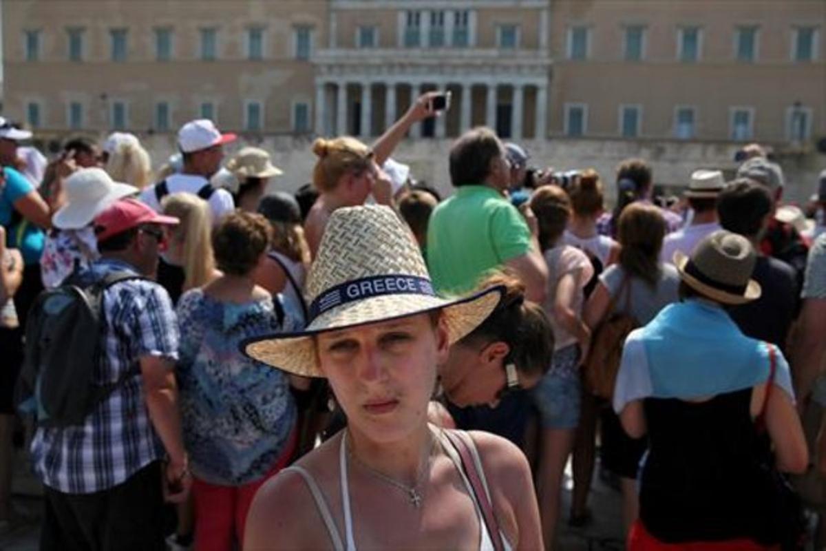 Turistas en la plaza Syntagma, donde se encuentra el Palamento.