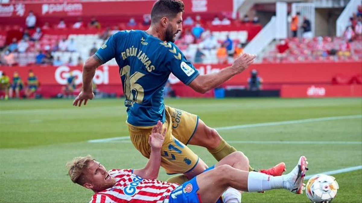 Un jugador del Girona intenta frenar a Raúl Navas.