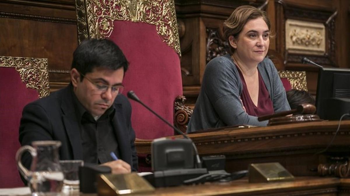 El primer teniente de alcalde de Barcelona, Gerardo Pisarello, y la alcaldesa, Ada Colau, en un pleno municipal.