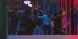 Entrada de la policia al cafè de Sydney on un segrestador tenia retingudes 21 persones.