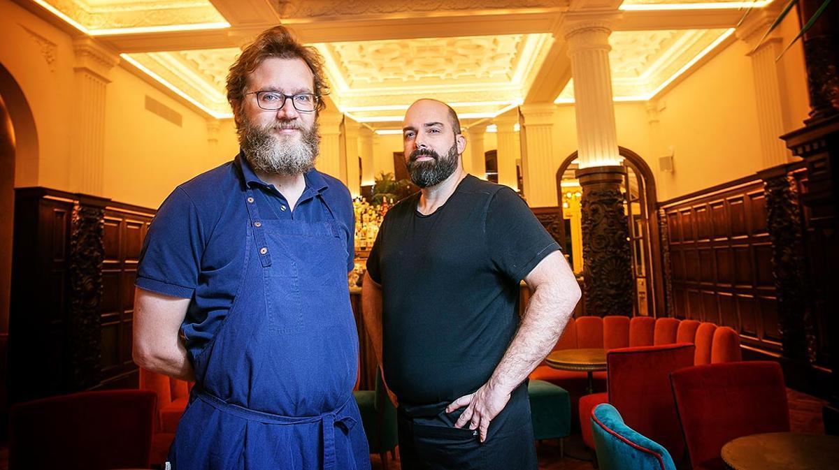 Rafa Peña y Jaime Tejedor, de Rilke, que enseña cómo preparar codornices con puerros.