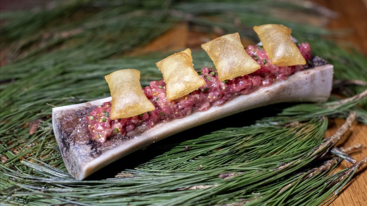 El 'steak tartar' con tuétano y patatas suflés de Suculent.