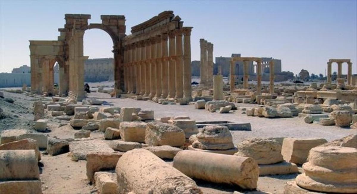 Imagen de las majestuosas ruinas de Palmira en el desierto sirio.