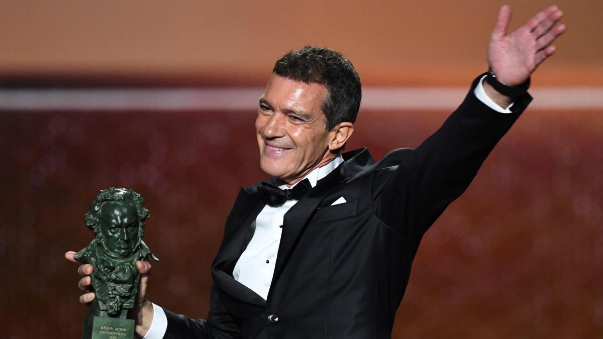 Antonio Banderas, con el Premio Goya por 'Dolor y Gloria', en 2020.