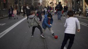 Espectacular regate en pleno corte de tráfico de la calle de Aragó, junto a la escuela Llorers, este viernes