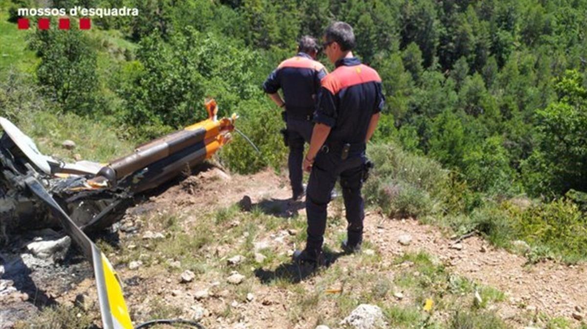 Imagen de una parte del helicóptero, tras el accidente, facilñitada por Mossos.