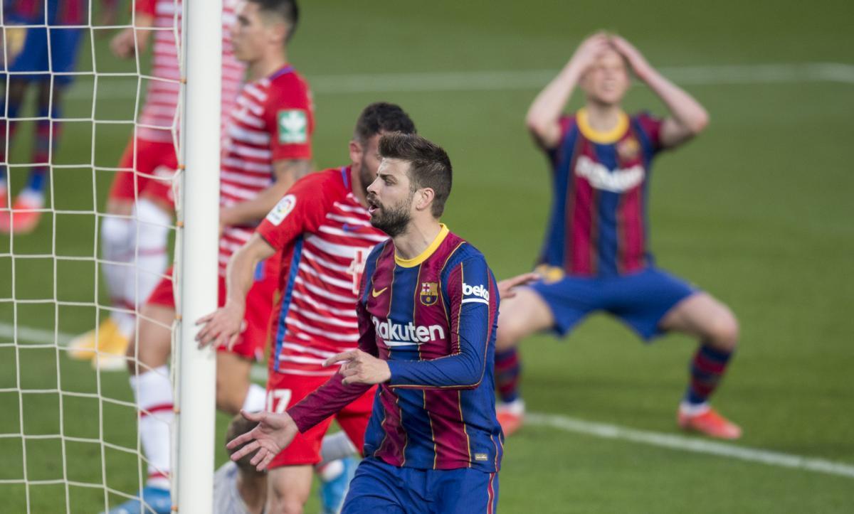 De Jong se lamenta del error de Piqué en el área del Granada.