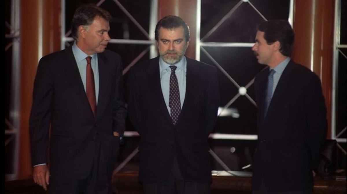 Felipe González y José María Aznar, junto a Luís Mariñas, moderador del debate en el que ambos participaron como candidatos a la presidencia del Gobierno en 1993.