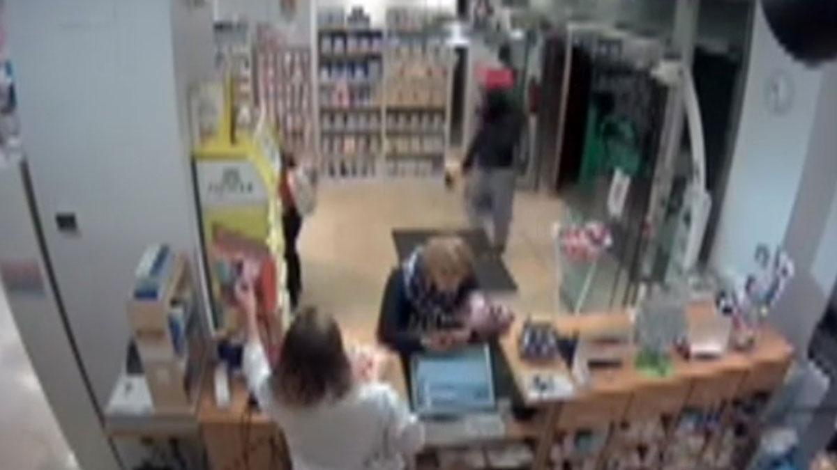 Un hombre roba una farmacia en Sevilla armado con un hacha.