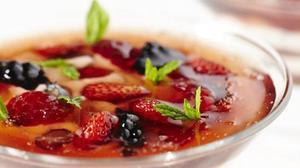 Recepta de 'gelée'de fruits vermells amb iogurt que preparaJoan Roca amb la seva filla Marina.