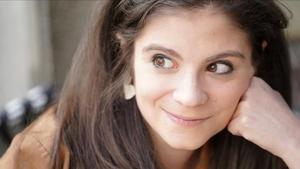Elisa González, artista que visibiliza con humor la enfermedad que sufre, fibrosis quística, en sus obras y en su tesis doctoral.