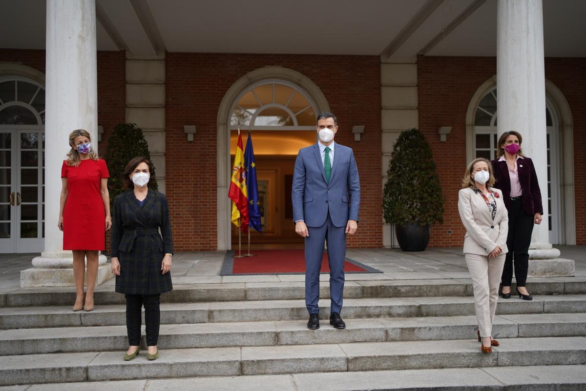 Pedro Sánchez, esta tarde en la Moncloa, junto a las vicepresidentas