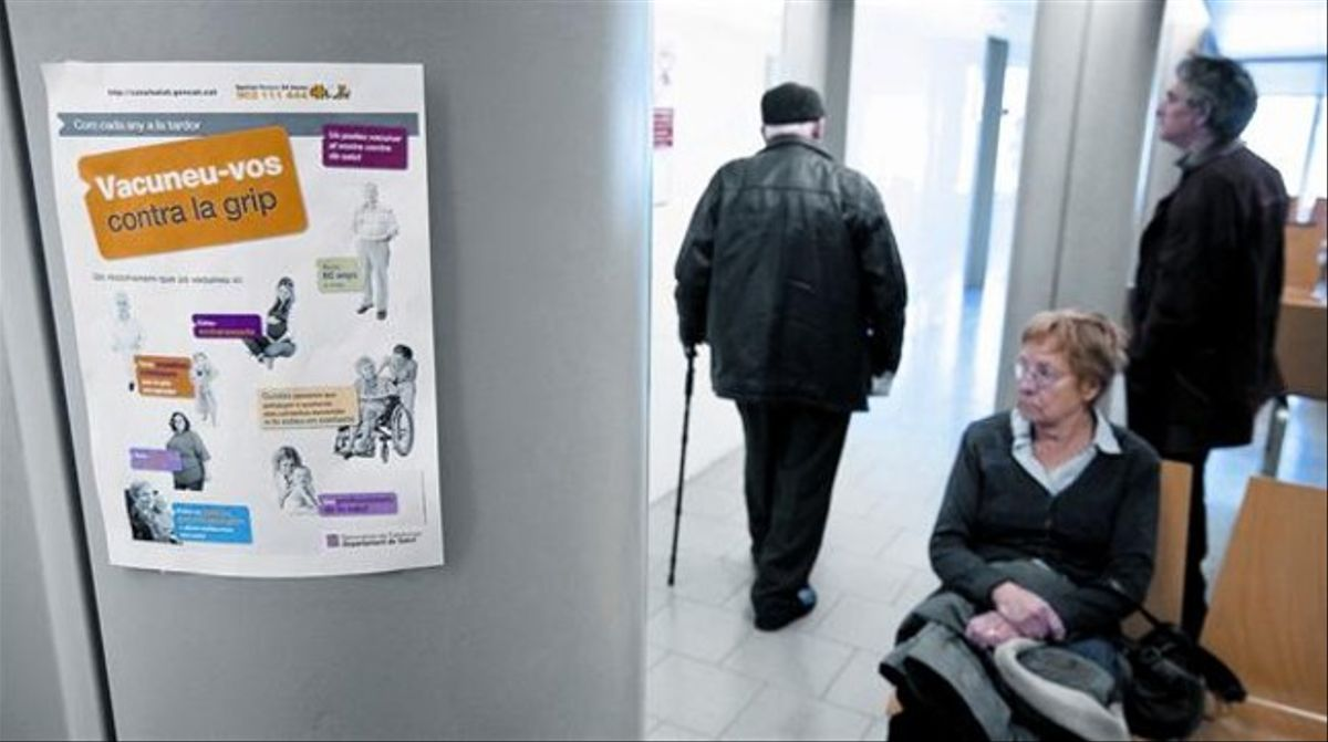 Un cartel de la campaña de vacunación contra la gripe colgado en una sala de espera del CAP del Poblenou.