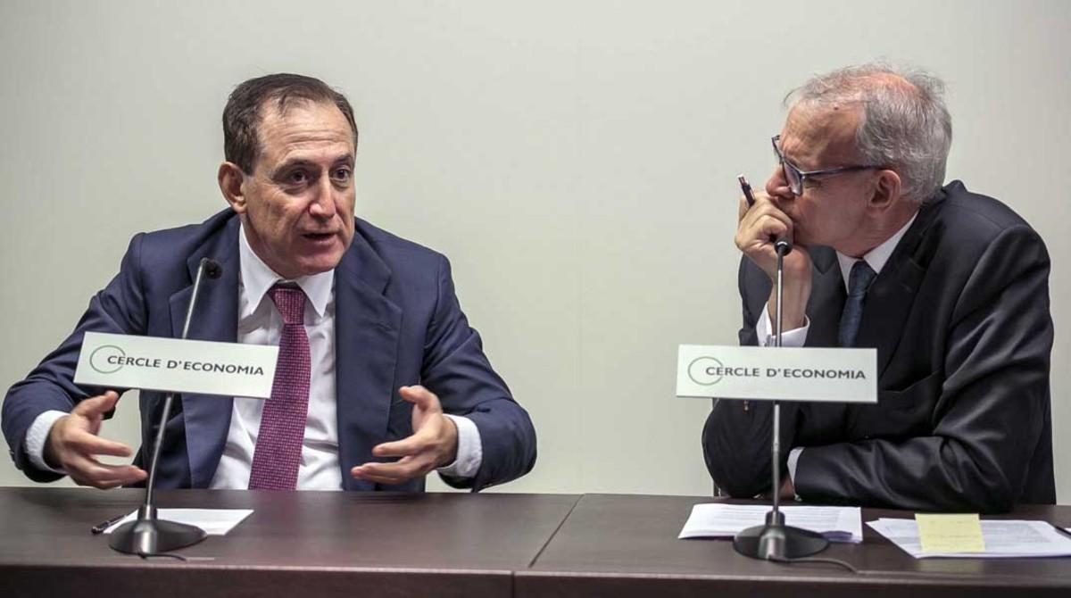 Costas, derecha, escucha a Huertas en el Cercle d'Economia.