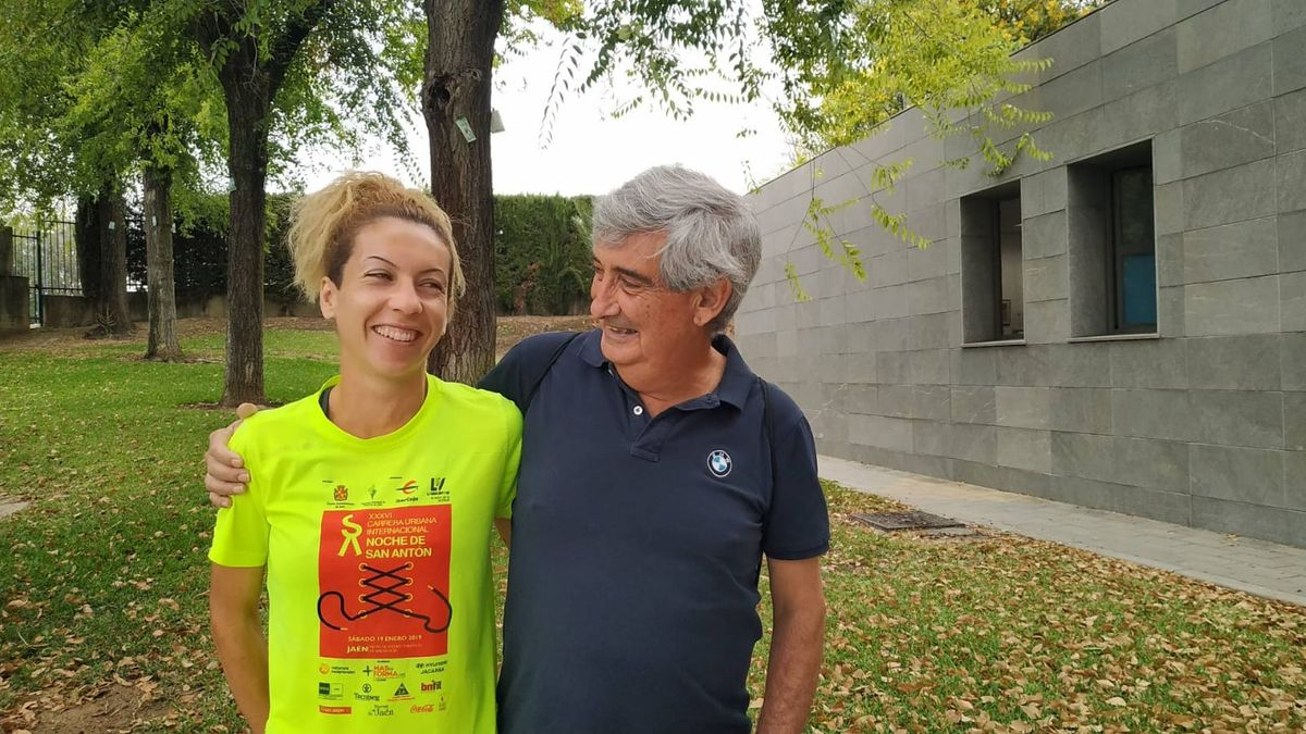 José Carlos Jaenes junto a la atleta de 3.000 obstáculos Carolina Robles, una de las 10 olímpicas en Tokio a las que asesora.