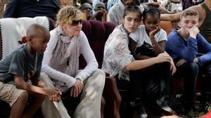 Madonna, con sus cuatro hijos, en una escuela de Malawi, durante una visita en 2013.
